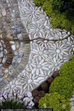 Flower pattern (daisies) mosaic stone pebble patio or garden pathway designer: Janette Ireland photographer: Liz Eddison Pebble Patio, Pebble Garden, Pebble Mosaic, Stone Mosaic, Pebble Art, Rock Mosaic, Pebble Stone, Mosaic Diy, Mosaic Walkway