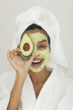 Natural Skin Remedies avocado face mask, DIY beauty, avocado recipes for great skin and hair, natural beauty remedies - Whip up these budget-friendly beauty treatments to get glowing the natural way. Homemade Facial Mask, Homemade Facials, Homemade Beauty, Homemade Masks, Homemade Moisturizing Face Mask, Homemade Toner, Homemade Scrub, Homemade Moisturizer, Beauty Hacks
