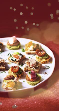 #MaTableAuSommet   Voici de jolis canapés aux garnitures colorées joliment disposées sur des pains originaux. lls seront à croquer pour vos apéritifs festifs !  x4 : Bloc de foie gras de canard - compotée de pomme et de coing - Pain d'épices x 4 : Saumon fumé - Crème citron - Blini au pavot x4 : Mini involtini - Pesto Rosso - Pain de mie aux épinards x4 : Tomate marinée - Courgette au basilic - Pain de mie à la tomate x4 : Fromage de chèvre - Abricot - Pain polaire