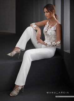 ¿Qué vestido de novia elegirías para una boda civil Bridal Pants, Bridal Jumpsuit, Jumpsuit Dress, Bridal Dresses, Wedding Suits For Bride, Sell Wedding Dress, Womens Wedding Suits, Lace Pants, Jumpsuit With Sleeves