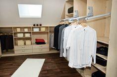 Hier sieht man einen Kleiderlift. Besonders bei hohen Schränken macht dieser Kleiderlift Sinn. Gefunden auf http://www.schrankplaner.de