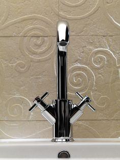 Ovaline Cross: la declinazione con il classico disegno a croce nella maniglia tradizionale.
