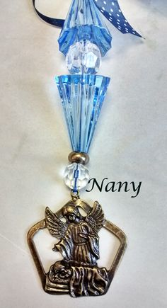 Detalhe do medalhão em metal envelhecido e dos cristais sintéticos.
