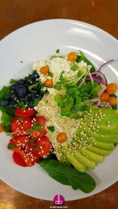 #Avocado #Erdbeer #Bowl auf #Babyspinat Feine Bowl aus saftigen #Erdbeeren und #Avocado. Harmonisch passend dazu ein zitroniges Mohn-Dressing. Unser #Lieblings-Sommer-Salat auf frischem #Spinat.