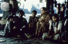 LA CITE DE LA JOIE : Avec les enfants, j'ai joué au jeu roi du bidonville, le cerf-volant, fait de pauvres morceaux de carton et de tissus qui emportent par-dessus la grisaille des toits tous les rêves de ce peuple d'emmurés. J'ai participé aux naissances, aux mariages, aux crémations, aux fêtes des hindous, des musulmans, des sikhs, des chrétiens et de toutes les communautés de cette mosaïque de peuples et de religions.