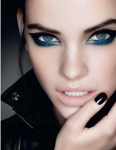 Barbara Palvin rocking glossy black nails, blue/green eyeliner and shadow… Makeup Inspo, Makeup Art, Makeup Tips, Face Makeup, Makeup Ideas, Beauty Make Up, Hair Beauty, Make Up Ojos, Make Up Gesicht