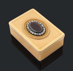 MAGNIFIQUE TABATIÈRE de forme rectangulaire en or finement guilloché.