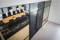 Een industrieel en stoer kantoorinterieur met verwijzingen naar de wereld van de scheepvaart. #SMTShipping #DZAP #office #interior #design #styling #industrial #kantoor #interieur #ontwerp #cyprus #architecture #meetingroom