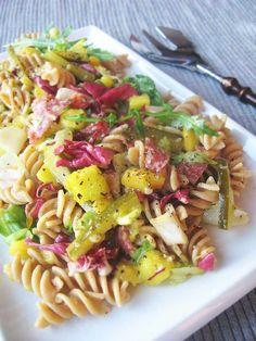 Makaronowa sałatka z mango, kwaśnym ogórkiem i salami | Local Foodie Mango, Fusilli, Pasta Salad, Catering, Ethnic Recipes, Food, Manga, Crab Pasta Salad, Catering Business