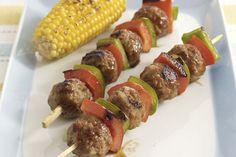 Des boulettes de viande surgelées, des légumes frais et une sauce aigre-douce font des brochettes rapides et délicieuses idéales en toutes occasions.