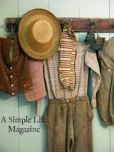 Spring issue of A Simple Life Magazine Home of Patsy Martin Primitive Homes, Primitive Crafts, Country Primitive, Amish House, Simply Life, Antique Beds, Calico Fabric, Book Quilt, Antique Clothing