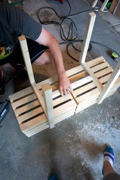 Adding legs to two wooden crates to create a modern raised crate planter for outdoors! Wooden Crates Planters, Wood Crates, Diy Planter Box, Diy Planters, Indoor Planters, Wooden Garden, Wooden Diy, Crate Decor, Crate Shelves