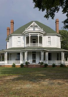 "Hershel Greene's farmhouse from ""Walking Dead.""  Apart from the zombies, this place (and its property) looks SO dreamy!"