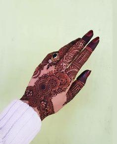 Presenting the Stunning mehndi design by @mehndibyhayat  👉👉Follow @theweddingbels 💖💖for more Inspirational henna ideas   #Hennadesigns #Mehndidesigns #hennaart #weddingbels #Hennaideas #mehndi  Peacock Mehndi Designs, Modern Henna Designs, Indian Henna Designs, Stylish Mehndi Designs, Latest Bridal Mehndi Designs, Mehndi Designs 2018, Mehndi Designs For Girls, Henna Art Designs, Mehndi Design Photos