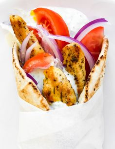 Greek chicken gyros have herb and spice marinated chicken that is layered with fresh sliced tomatoes and red onions and tucked into a pita with a dollop of homemade tzatziki sauce. Homemade Tzatziki Sauce, Tzatziki Recipes, Vegetarian Recipes Easy, Easy Dinner Recipes, Easy Meals, Chicken Gyros, Marinated Chicken, Chicken Skewers, Greek Chicken