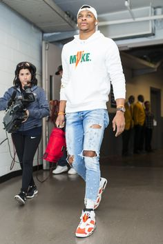 While Russell Westbrook knows how to make an entrance on a red carpet, it's his pregame fits that are really designed to get noticed. Dope Outfits For Guys, Swag Outfits Men, Nba Fashion, Mens Fashion, Black Men Street Fashion, Streetwear, Swagg, Look Cool, Menswear