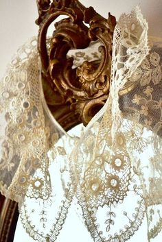 A beautiful vintage lace collar!