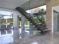 escalera de acero al carbón, vidrio y madera