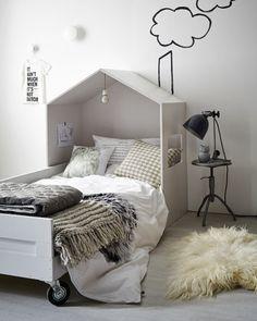 google op bedombouw huisje. Via vt wonen. vtwonen. nl/diy/hip-kinderbed-met-houten-huisje/