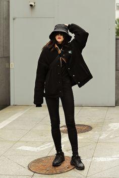 The last week of November 2018 Winter Women's Street Style in Seoul – échev … Korean Winter Outfits, Korean Outfit Street Styles, Korean Fashion Dress, Korean Fashion Winter, Korean Fashion Casual, Ulzzang Fashion, Korean Outfits, Mode Outfits, Grunge Outfits