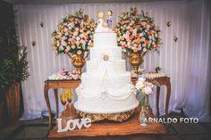 Foto por Arnaldo Peruzo ❤ Ligia & Camargão em Vila Velha/ES. Decoração de casamento romântica em candy colors - bolo cenográfico e mesa principal    Romantic Wedding + Cake