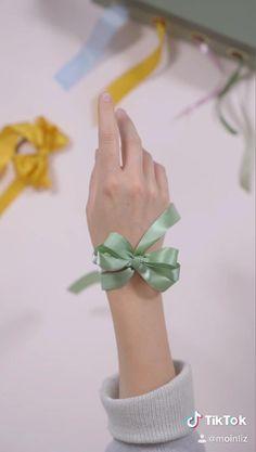 Diy Ribbon, Ribbon Crafts, Tying Ribbon Bows, Handmade Hair Bows, Diy Hair Bows, Bow Tutorial, Tutorial Vsco, Eyeliner Tutorial, Origami Tutorial