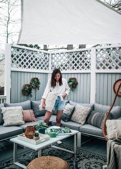 Designing Our Outdoor Space DIY - Patio and Deck Makeover on a Budget Entwerfen unseres Außenraums D Patio Diy, Patio Ideas, Backyard Patio, Budget Patio, Diy Balkon, Diy Terrasse, Building A Patio, Deck Makeover, Backyard Makeover