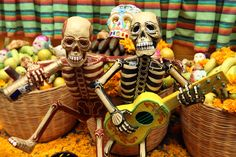 11030129. Puebla, Puebla.- En conmemoración del Día de muertos, se colocó una ofrenda monumental con calaveras de papel mache realizadas por artesanos locales, hoy en el patio del Palacio Municipal de Puebla. NOTIMEX/FOTO/CARLOS PACHECO/CPP/HUM/