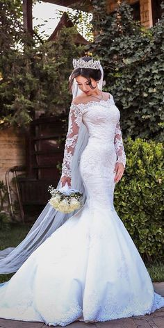 Mermaid wedding dress with sleeves - The dress expands, beginning from the knee area. The dresses may also be customized made based on the physique a. Western Wedding Dresses, Wedding Dress Train, Best Wedding Dresses, Trendy Wedding, Bridal Dresses, Wedding Gowns, Lace Wedding, Couture Dresses, Wedding Bride