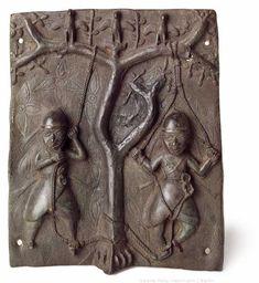 Relief. Amufi-Akrobaten. Benin, Nigeria  - Reliefplatte mit Amufi-Akrobaten: Benin, Nigeria 16./17. Jahrhundert Bronze 58 x 43 cm   Reliefplatte mit Amufi-Akrobaten:  Das Relief zeigt zwei Akrobaten bei der Amufi-Zeremonie. Als Mitglieder einer der vielen Gilden in Benin sind sie dafür verantwortlich Fischadler für die Opferrituale des Oba beim Ugie-Fest zu fangen und für bestimmte rituelle Zwecke in Bäume zu klettern. Man glaubt, dass diese Mitglieder der Amufi-Gilde über spirituelle Kr