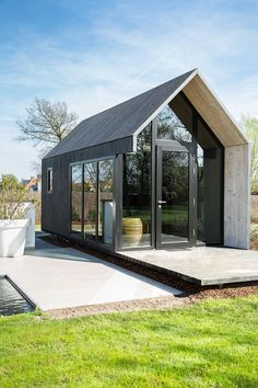This kind of photo can be a very inspirational and fabulous idea Modern Tiny House, Tiny House Cabin, Tiny House Design, Modern House Design, Prefab Cabins, Prefab Homes, Tiny House Exterior, Casas Containers, Small Buildings