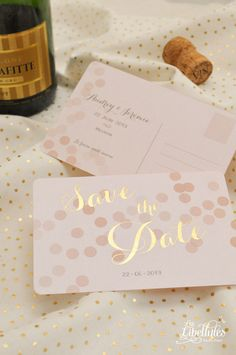 """Save the Date Champagne en dorure à chaud Or. Format carte postale aux coins arrondis, couleur rose nude et or. //Gold hotfoiled save the date from our """"Champagne"""" collection, designed as a postcard with rounded corners. So chic ! // www.Les-Libellules.fr"""