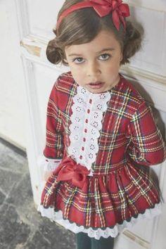 Vestido de manga larga  · Colección otoño-invierno  · Marca Miranda   · Finísimo vestido confeccionado en cuadro Escocés en tonos rojo y verde ingles. Lleva una bonita pechera de tira bordada con pasacintas, también en el bajo.   · Corte por la cadera y mucho vuelo.  · Muy elegante para cualquier ocasión   · Gran calidad y un diseño muy Original. Cute Girl Outfits, Cute Outfits For Kids, Little Dresses, Little Girl Dresses, Flower Girl Dresses, Toddler Dress, Baby Dress, Girl Dress Patterns, Kids Fashion