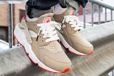 Nike Air Huarache – Light Beige / Laser Crimson