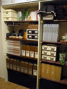 大型の棚の収納編です。部屋が狭くて全体画像が入らず、上下に分けての画像ですみませんです。棚板8枚の他、上段、下段でたくさんの物が収納できる反面、かなり雑念としてしまう恐れがあるので、箱、カバー、ラベルを利用し、収納しています。