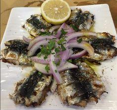 Σαρδέλα-- ένα πιάτο που μαγειρεύεται εύκολα και κάνει πολύ καλό σε πολλά !!    Υλικά:   1 κιλό σαρδέλες  ½ φλιτζ. ελαιόλαδο  1 πράσινη πι... Greek Recipes, Desert Recipes, Fish Recipes, Seafood Recipes, Food Network Recipes, Cooking Recipes, Appetisers, Fish And Seafood, Family Meals