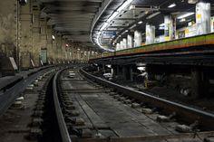 深夜の上野駅大きなカーブ上にあるホームが特徴的。今回の取材では終電後の上野駅で保線作業を行う様子も撮影した深夜の上野駅構内。線路下のコンクリートは工事前の古いもの。線路の中央部に溝があり、地下水の通り道となっている