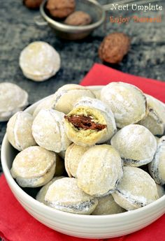 Nuts filled with cream Sweets Recipes, Just Desserts, Cake Recipes, Cooking Recipes, Romanian Desserts, Romanian Food, Food Cakes, Cupcake Cakes, Russian Cakes