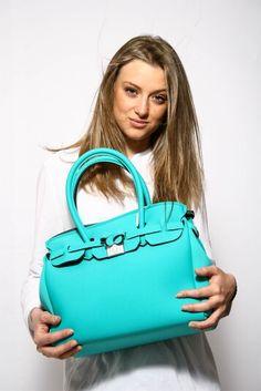•P/E 2016• Una borsa giovane e attuale dai colori vivaci, pratica ma soprattutto glam. Cosa vuoi di più dalla tua borsa dei sogni? ☺ Contattaci per qualsiasi info  344 04 69 082  model Arianna Petrecca ph Remo Fiorenza Fotografie  #savemybag #borsa #donna #woman #bags #fashion #glamour #celeste #borse #accessori #creazioni #mare #madeinitaly #milano #accessori #lavoglio #donne #frosinone #stile #bella #moda #dettagli #formia #bag #ragazzina #loveit #colors #colori #molise