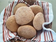A popular Goan leavened bread prepared from wheat flour and bran to increase its nutritional value. Due to health reasons, the demand for poee is high and those suffering from diabetes are known to consume poee on a daily basis. Often sold out hence, bake Pao Recipe, Bread Recipes, Baking Recipes, Cake Recipes, Baigan Recipes, Goan Recipes, Indian Food Recipes, Yummy Recipes