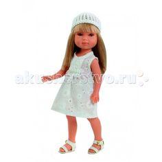 Vestida de Azul Карлотта блондинка с челкой Лето Винтаж  Vestida de Azul Карлотта блондинка с челкой Лето Винтаж - это добрая, приветливая и очаровательная кукла которая обязательно понравится вашей маленькой принцессе.  Особенности: Очаровательная блондинка Карлотта в стильном наряде: легкое светлое платье, вязаная шапочка и белые босоножки. Изящный летний образ куклы в стиле винтаж поможет сформировать вкус ребенка с самых ранних лет Милое личико куколки никого не оставит равнодушным…