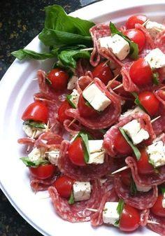 Espetinhos simples, rápido e gostoso. Salami, feta, basil, and tomato finger food appetizers.