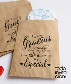 yet it looks sooo beautiful thanks to this gorgeous hand lettering that I couldn't resist and had to pin it! Diy Paper Bag, Paper Bag Crafts, Wedding Cards, Our Wedding, Chic Wedding, Boy Baptism, Ideas Para Fiestas, Party Packs, Hand Lettering