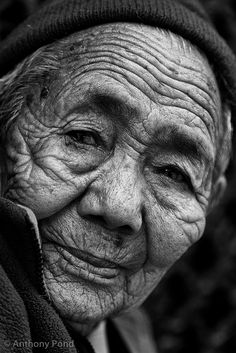 Old Woman in Boudhanath, Kathmandu, Neapal - http://www.flickr.com/photos/anthonypond/5813524811/in/pool-travel_portraits