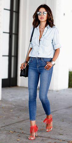 เสื้อเชิ้ตยีนส์ Express, กางเกงยีนส์ L'Agence, รองเท้าพู่สีแดง Stuart Weitzman, กระเป๋า Chanel
