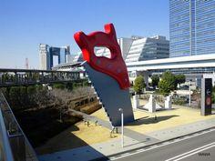 """""""Scie géante"""", Claes Oldenburg, 1996 (15.5 m, Tokyo)"""