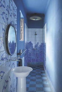 Salle d'eau en camaïeu de bleu Méditérranée.