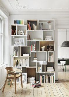 On adopte cette bibliothèque composée de caisses blanches à réaliser soi même…