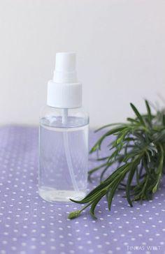 Ihr benötigt für eine kleine Sprühflasche lediglich destilliertes Wasser,einen Teelöffel Wodka (wirkt desinfizierend und hilft,das Öl mit dem Wasser zu vermischen) und 8 Tropfen ätherisches Duftöl. Hier könnt ihr je nach Stimmung variieren,zum Beispiel Lavendel: entspannend Orange: aktivierend Zitrone:stimmungsaufhellend Mandarine: Geborgenheit, erfrischend Rose oder Jasmin:gegen Stress Zimt: nervenstärkend Pfefferminze: erfrischend Anis: ausgleichend Basilikum:konzentrationsfördernd