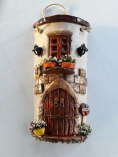 Casas cilíndricas #artesaniasrecicladas Clay Houses, Ceramic Houses, Miniature Houses, Clay Fairy House, Fairy Garden Houses, Polymer Clay Fairy, Polymer Clay Crafts, Clay Flower Pots, Clay Pots